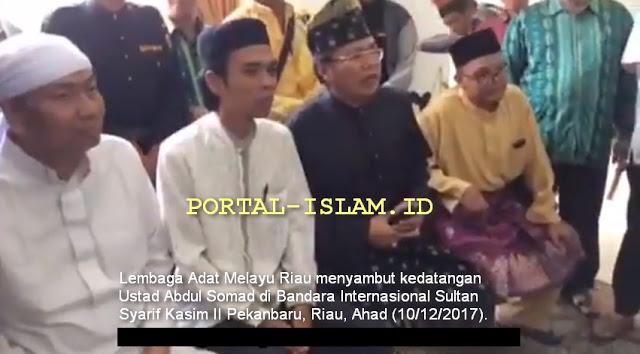 Tiba dari Bali, Ustad Abdul Somad Disambut Masyarakat dan Lembaga Adat Melayu Riau