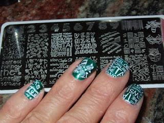 Manicura Verde con Letras Estampadas
