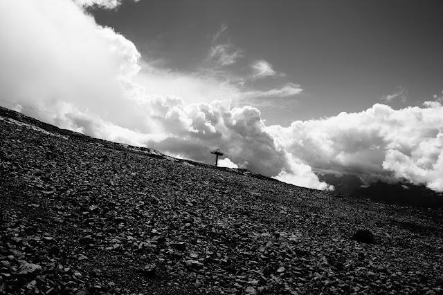Czarno-bała fotografia abstrakcyjna. Dolomiti di Brenta, Madonna di Campiglio, Groste, Italy. fot. Łukasz Cyrus