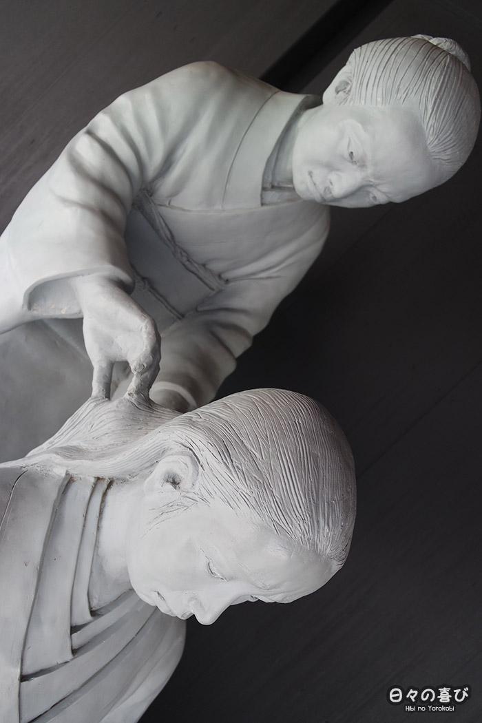 zoom sur deux statues