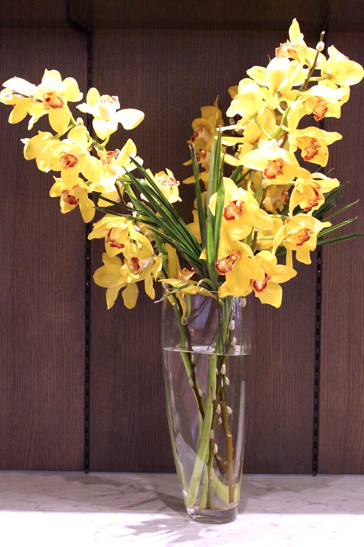Fresh flowers at the Devonshire Club - London restaurant blog