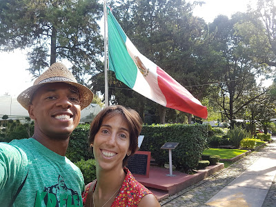 Ainhoa and Tim pose with Mexican flag