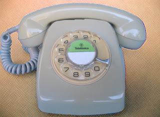 Imagen del típico teléfono Heraldo de telefónica de color gris de finales de los 60 en España