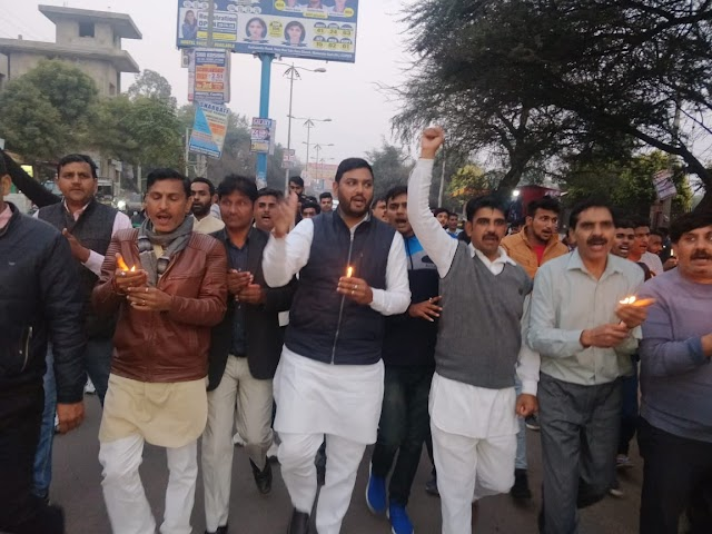 शहीद हुए भारत माता के वीर जवानों को  कैंडल मार्च निकालकर दी भावभीनी श्रधांजलि
