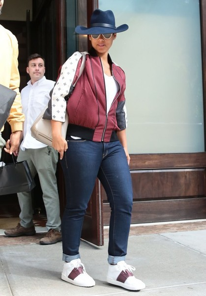 Glowy Alicia Keys In Valentino White And Burgundy Low Top