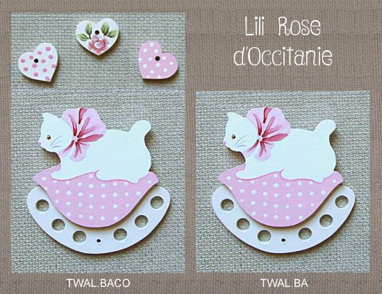 """Tri-fils bois peint, chat blanc sur coussin rose + charms """"Coeurs"""" assortisTri-fils bois peint, joli chat roux sur coussin bleu à fleurs. Broderie et point de croix"""