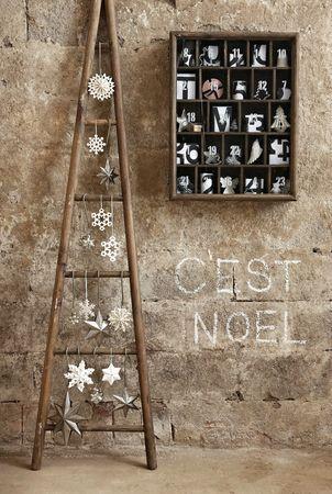 Escalera con adornos como árbol de Navidad