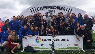 El equipo de la Fundación Athletic de la LigaGenuine posa en Vigo con  Urzaiz (Foto Athletic Club) d2fc0429581ca