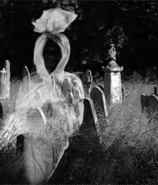 penampakan hantu pocong di kuburan