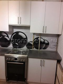 белая прямая кухня с фотопечатью