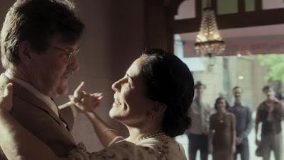 Júlio (Antonio Calloni) baila com Lola (Gloria Pires) durante seu sonho antes de morrer em 'Éramos Seis' — Foto: Globo