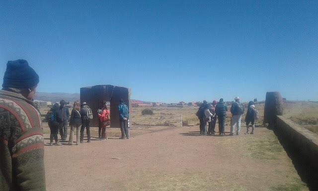 Die bekannteste Sehenswürdigkeit ist das Sonnentor. Es ist etwa 3 m hoch und 3,75 m breit und wurde aus einem einzigen Andesitblock herausgehauen.
