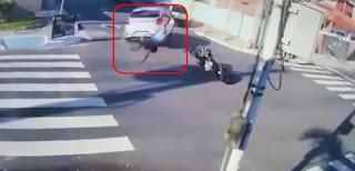 Na Paraíba, câmeras flagram acidente impressionante em que motociclista 'voa' após colisão