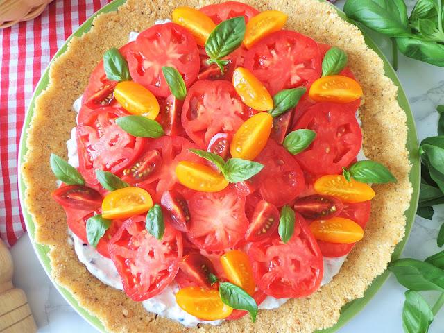 Tarta na krakersach z jogurtowym kremem i pomidorami, bez pieczenia (Crostata con crema di yogurt e pomodori, senza cottura)