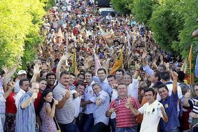 Resultado de imagem para fotos e imagens do comício de camilo santana em ararendá - 2014