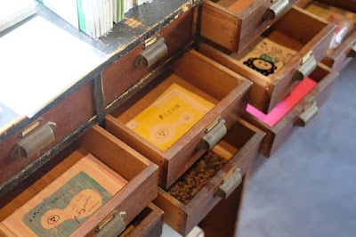 栞日(しおりび)二階の引き出しの中の小物コーナー