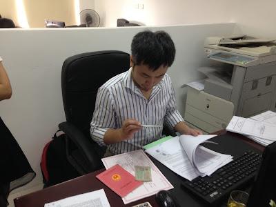 Anh Linh (công chứng viên văn phòng công chứng Phạm Thu Hằng) đang kiểm tra hồ sơ