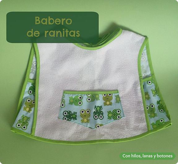Con hilos, lanas y botones: babero de ranitas