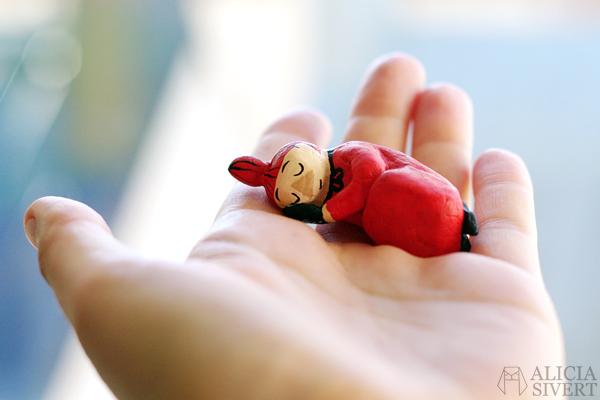 Lilla My i muminmammans syskrin, miniatyr. aliciasivert alicia sivert alicia sivertsson mumin mumindalen mumintroll mumintrollet moomin sy miniature sewing kit  lera lufttorkande miniatyr sykit sax stickning trådrulle tråd garn garnnystan nystan knitting knit sticka med tandpetare toothpicks toothpick knitting monthly makers 2016 mars miniatyr kreativitet skapande creativity kreativ create skapa muminhus tove jansson fan art fanart air drying clay