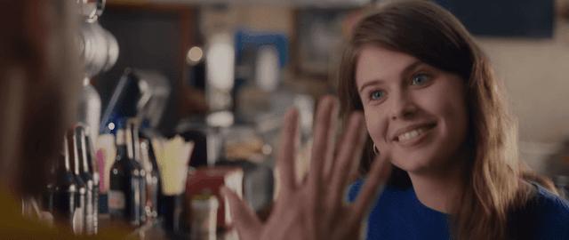"""Fotograma del vídeo musical """"Tu refugio"""" de pablo alborán con una chica que habla en lengua de signos"""