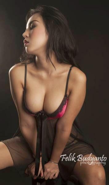 Pose Hot Josie Putri Model Seksi