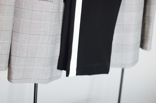 photo-blazer-check-pantalon-blanco-negro-raya-bolso-mostaza-mosqueton