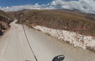 Estrada da morte nas Salineras de Maras / Peru.