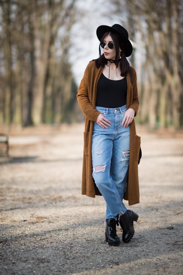 Mom jeans | dżinsy z dziurami | trend destroyed denim jak nosić | jak nosić kabaretki do dżinsów | styl grunge | styl boho | stylizacja z podartymi dżinsami | choker w stylizacji | dżinsy z dziurami i kabaretki | blog o modzie | blog modowy | blog szafiarski