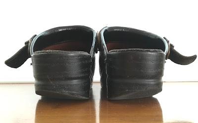 踵がすり減った靴