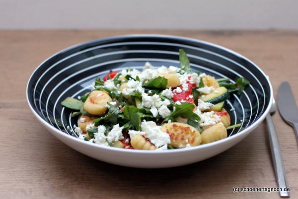 Antipasti-Salat mit gebratenen Gnocchi und Rucola