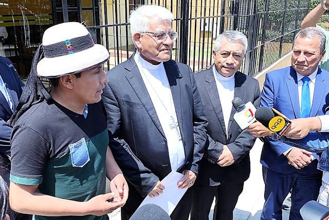 Gregorio Rojas, de Fuerabamba, con Monseñor Miguel Cabrejos