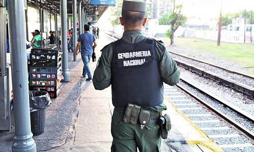Mujer de gendarme busca desesperadamente a su marido