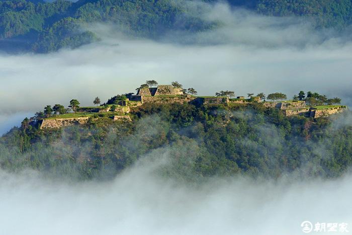 chateau de takeda et sa mer de nuages