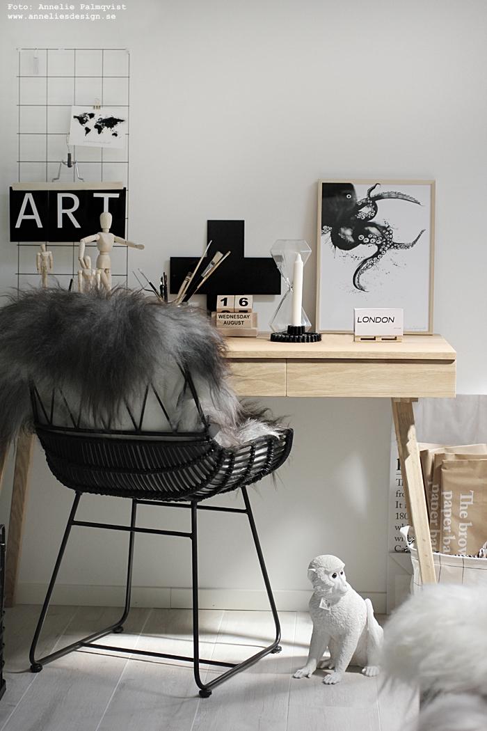 annelies design, hemmakontor, arbetsrum, kontorshörna, hubsch, hübsch, bläckfisk, tavla, tavlor, poster, posters, print, prints, kosnttryck, fårskinn, stl, skrivbord, vykort med bokstäver, vykort, svartvit, svart och vitt, natur, ek, modelldocka, le sac en papier, papperspåse apa, timglas, ljusstake, webbutik, webbutiker, webshop, inredningsbutik, varberg, butik, presenttips, evighetskalender, kalender, almanacka, kors, presenter,