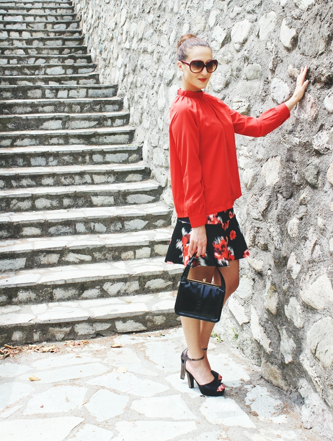 ladylike outfit Trumpet floral mini skirt and High neck red top