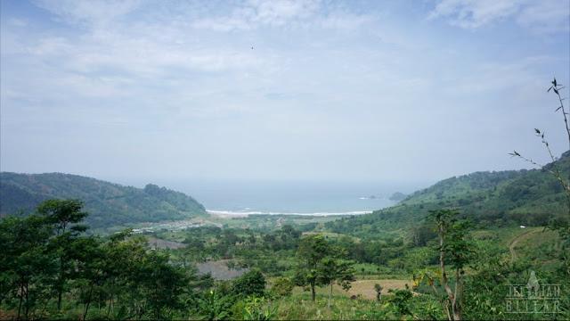 Pantai Jolosutro dari Bukit