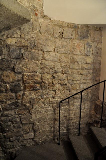 Wawel - fragment romańskiego stołpu
