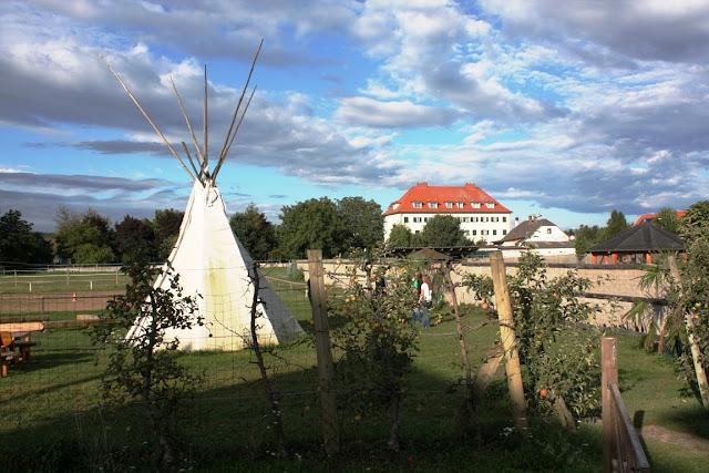 Reitgelände, ein Indianerzelt und ein Spielplatz in der Pension Apfelhof © Copyright Monika Fuchs, TravelWorldOnline