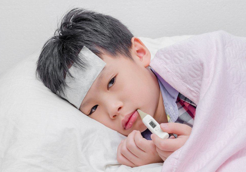 The right way to deal with fever in children, try to make the child comfortable again as before.