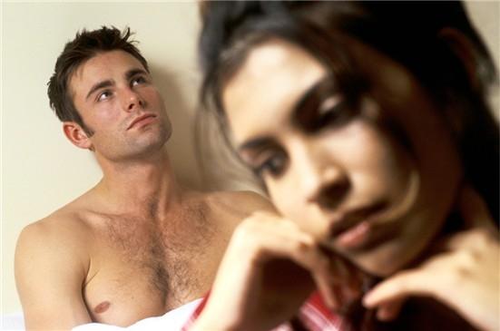 Pareja en la cama con la mujer preguntándose si su hombre quiere algo serio