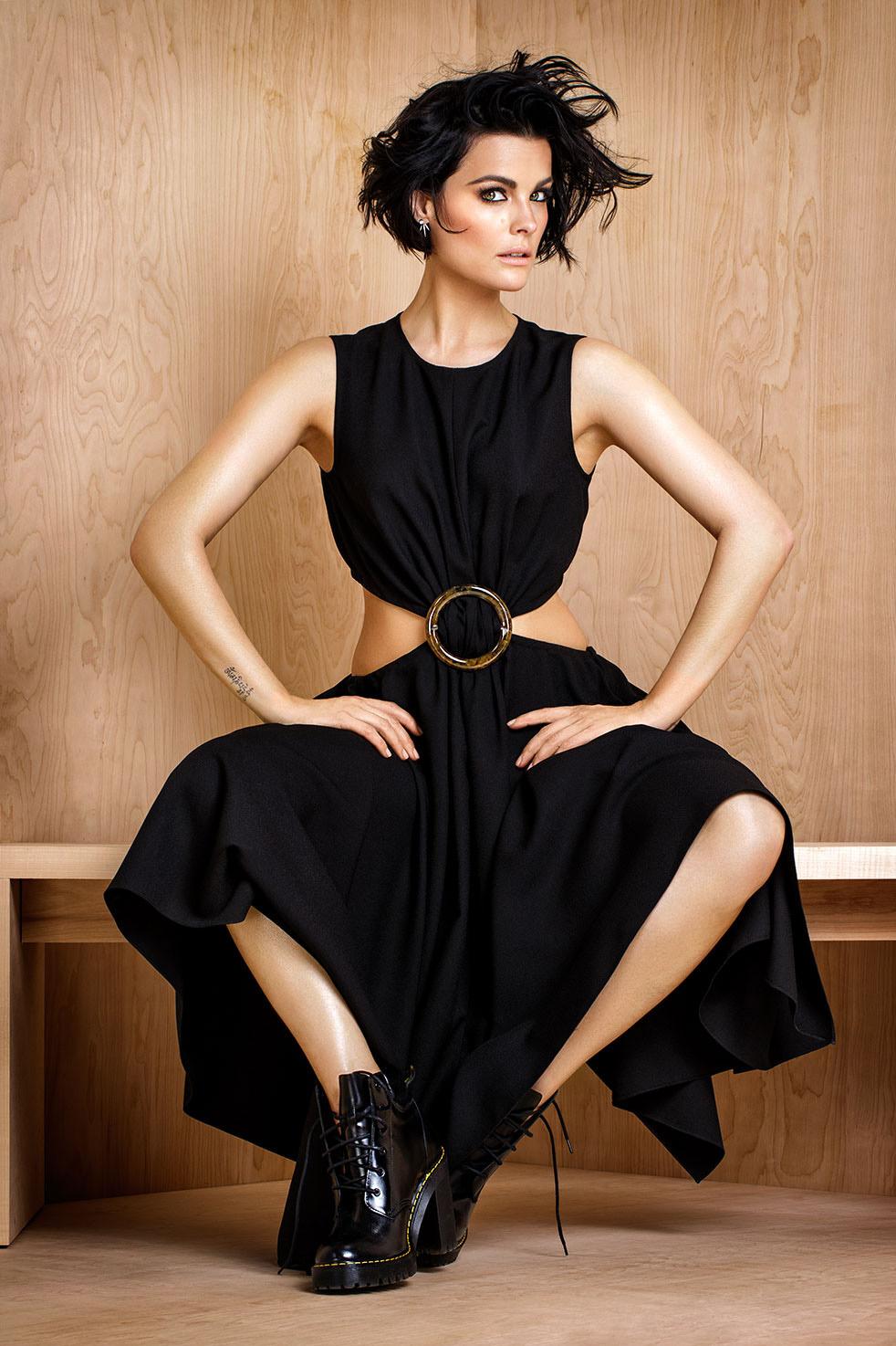 Artis cantik dan model seksi Jaimie Alexander Pose keren Photoshoot