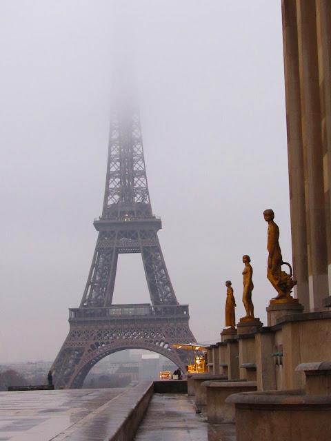 La Torre Eiffel entre brumas