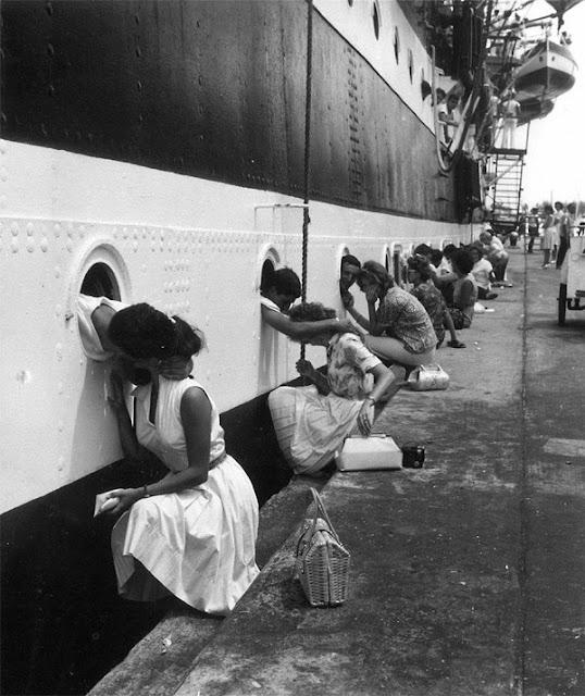 Para prajurit Amerika Serikat saling mencium pasangan mereka sebelum berangkat ke Mesir pada 1963