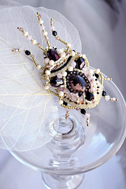 artystyczne broszki robaczki koralikowe