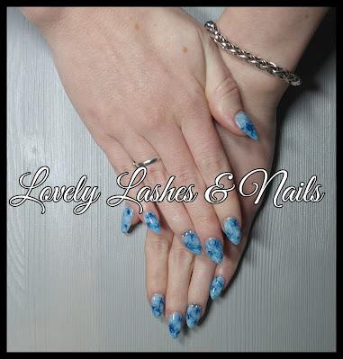 Foto van nagels met marble nailart gellak en swarovski steentjes in Dronten op www.lovelylashesnails.nl