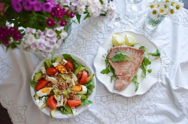 Stek z tuńczyka i sałatka z rukolą, kaszą kuskus, awokado, orzechami i sokiem z granatu