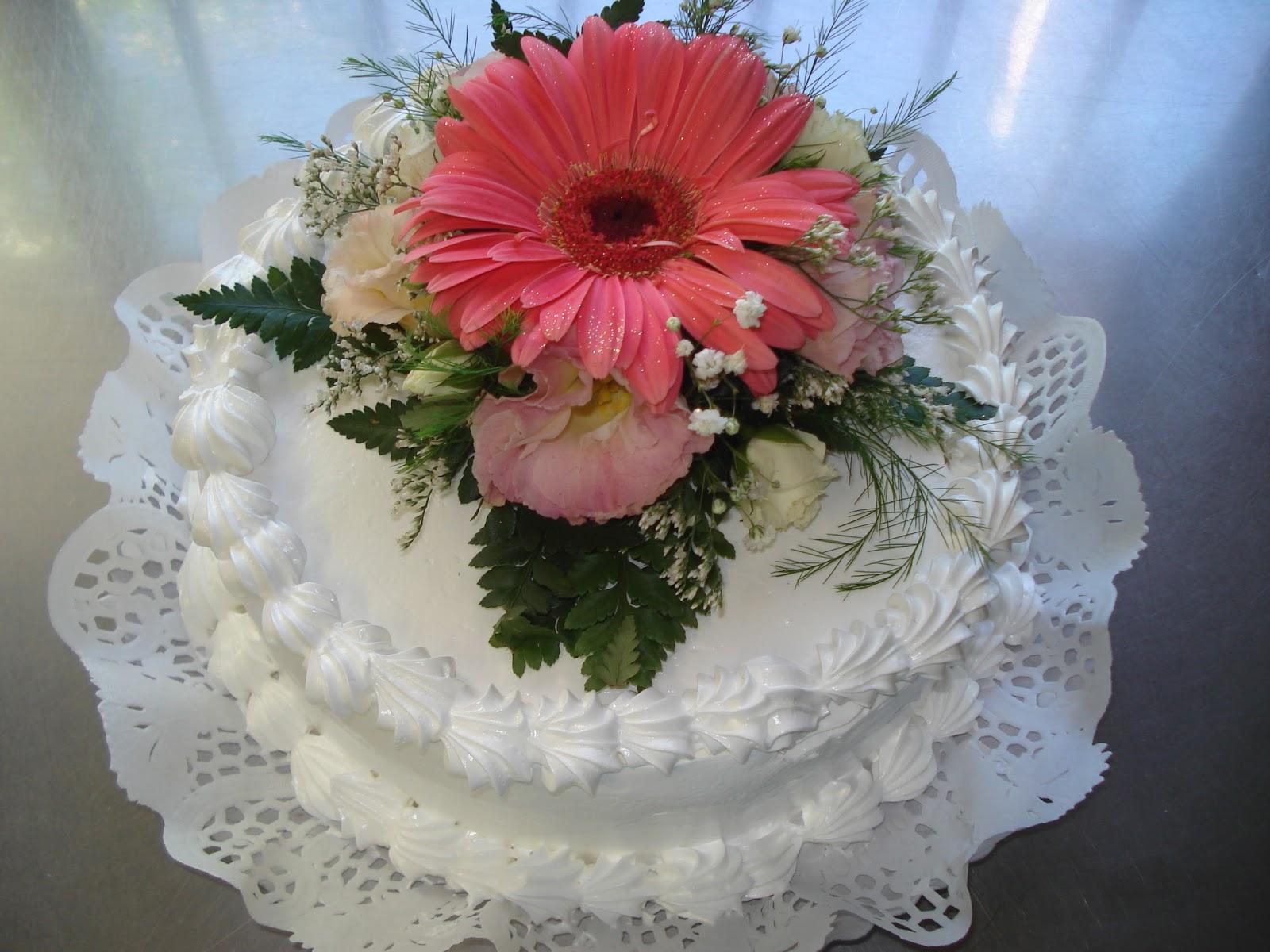 Corina Deluca Torta Clasica Con Bouquet De Flores