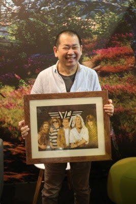 Yu with his gift of fan art
