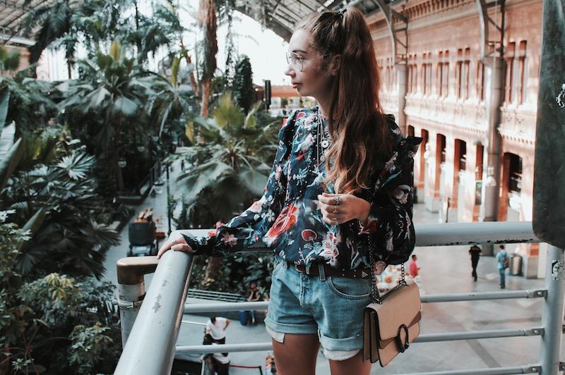 sac inspiration Gucci Dionysus short déchiré Levis blouse fleurie