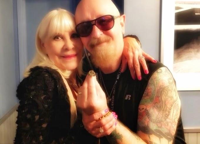 Wendy Dio le dá un anillo a Rob Halford que pertenecía a Ronnie James Dio.